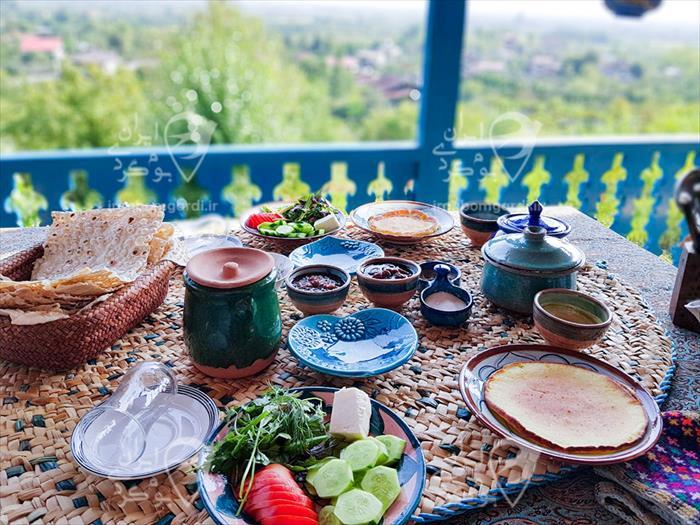 صرف صبحانه روی تراس اقامتگاه خونه مادر جون